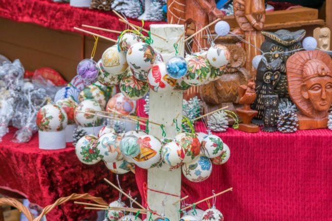 Bombki i dekoracje na stoisku