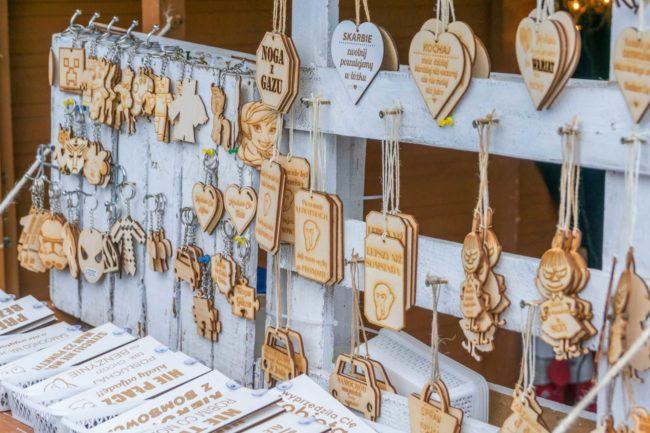 Breloki i zawieszki z drewna na stoisku