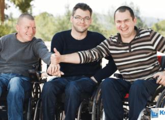 Trzech mężczyzn na wózkach inwalidzkich