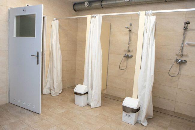 Kabiny prysznicowe i wejście do toalety
