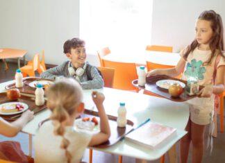 Dzieci w stołówce