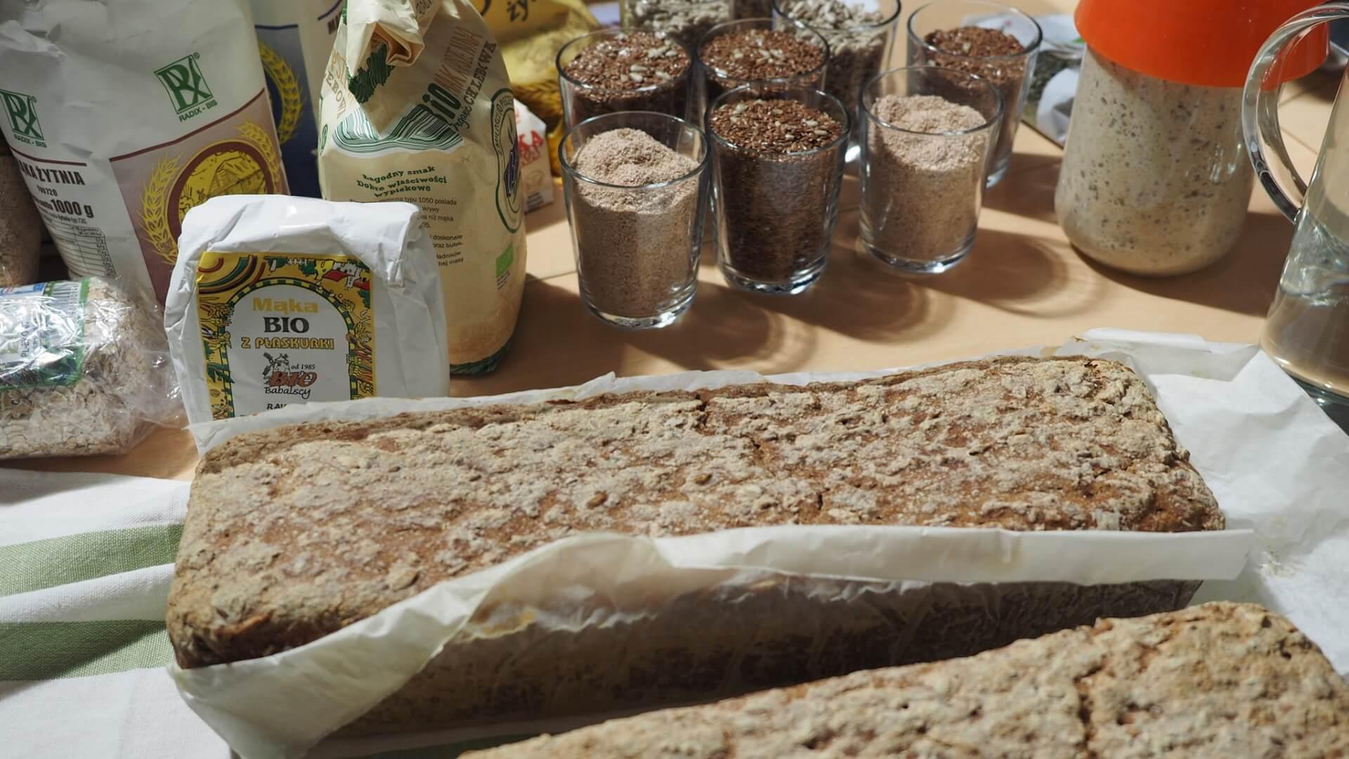 Chleb i składniki do jego przygotowania