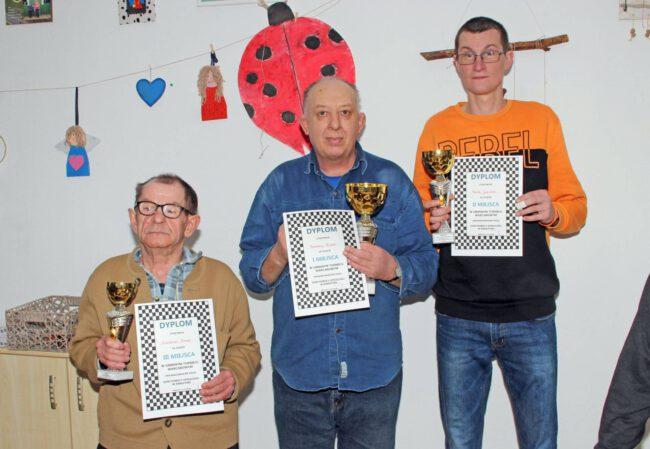 Zwycięzcy turnieju z dyplomami i pucharami
