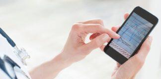Lekarka używająca aplikacji mobilnej