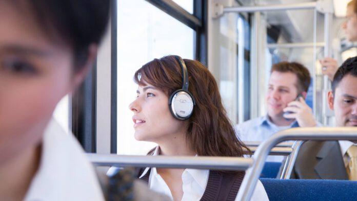 Ludzie podróżujący komunikacją miejską