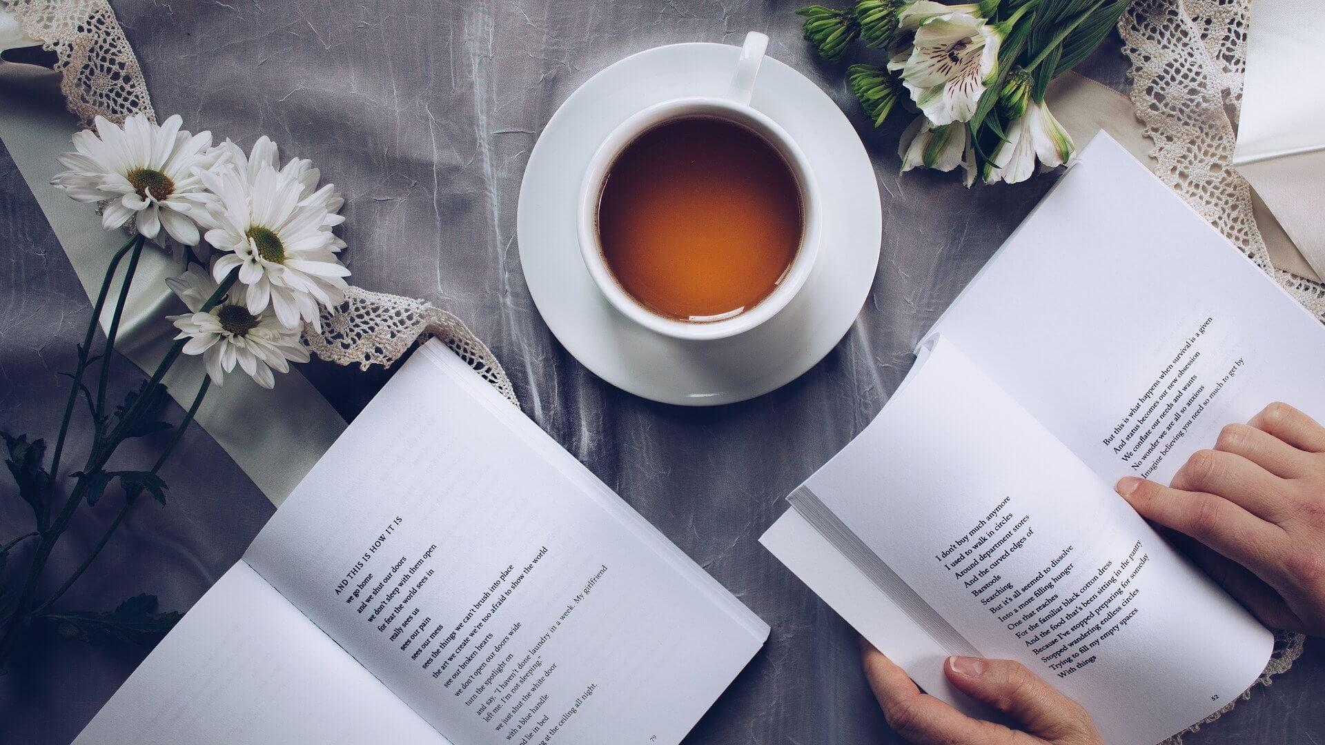 Książki z poezją i kawa