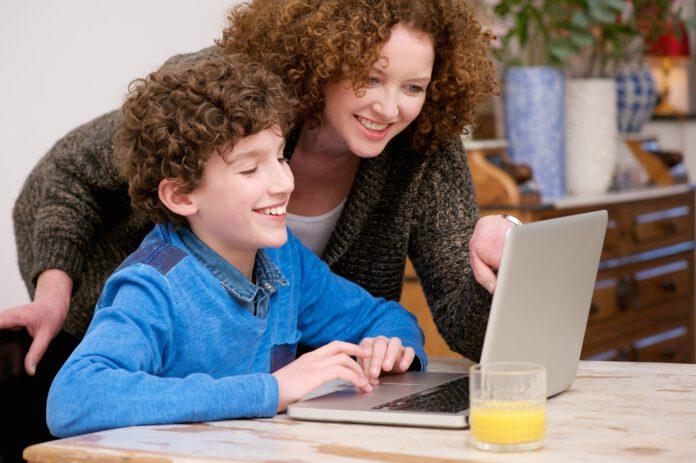 dziecko laptop komputer szkoła